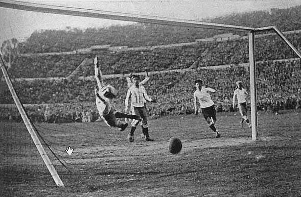 Héctor Castro scoort op het WK 1930